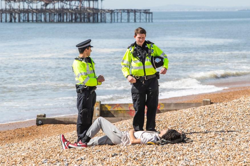La policía de Sussex ha estado moviendo a los residentes que eligen tomar el sol junto al mar