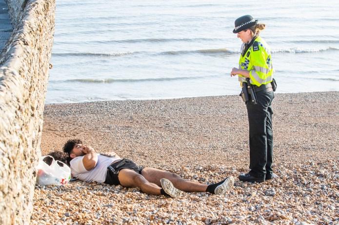 A cop in Brighton reminds a sun researcher of the coronavirus locking rules