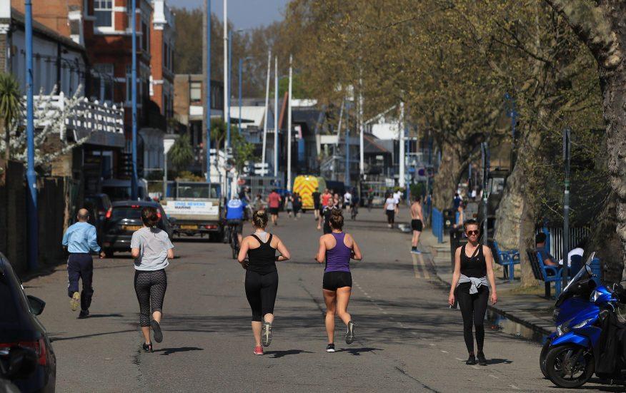 Docenas de corredores tomaron las carreteras en el día más caluroso del año.