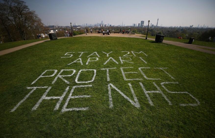 Se ve un aviso que dice a las personas que se mantengan separadas dos metros en Primrose Hill