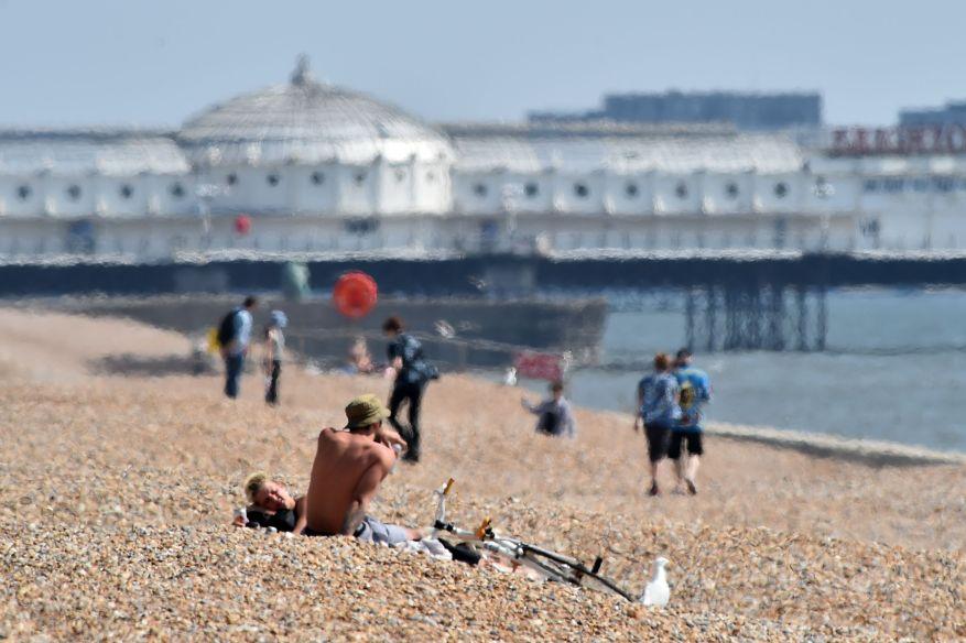 Cientos acudieron al paseo marítimo para aprovechar la ola de calor.