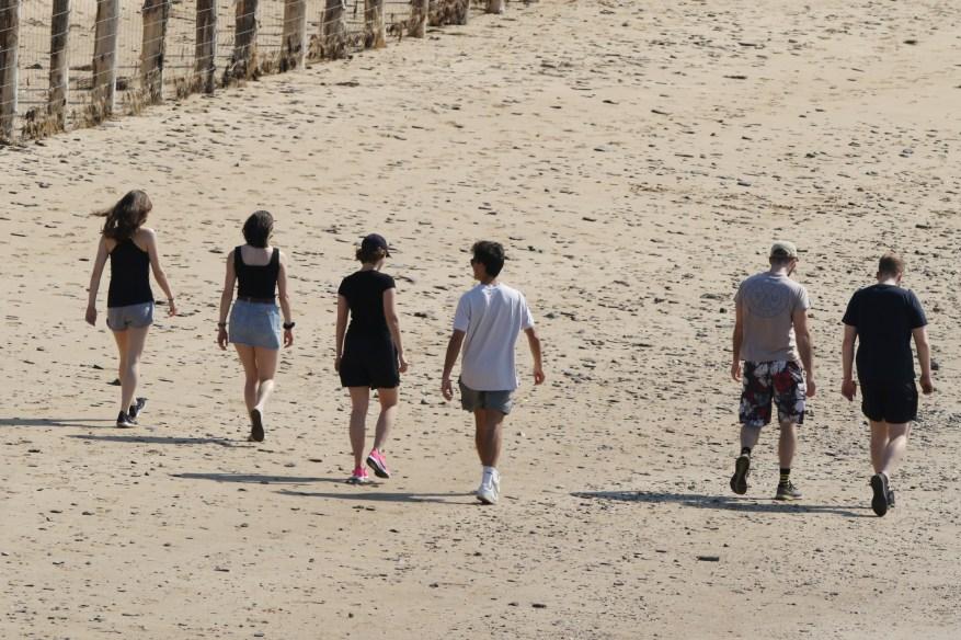 Otro grupo de adolescentes fue visto en la playa de Daymer Bay, Cornwall, sin poder mantenerse a dos metros de distancia.