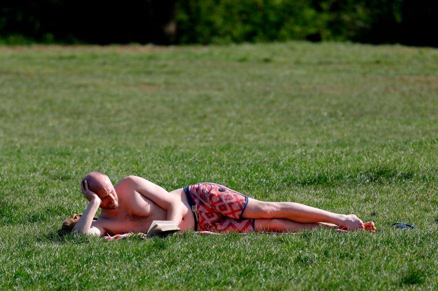 Un hombre en topless toma el sol hoy en Alexandra Park, en el norte de Londres.