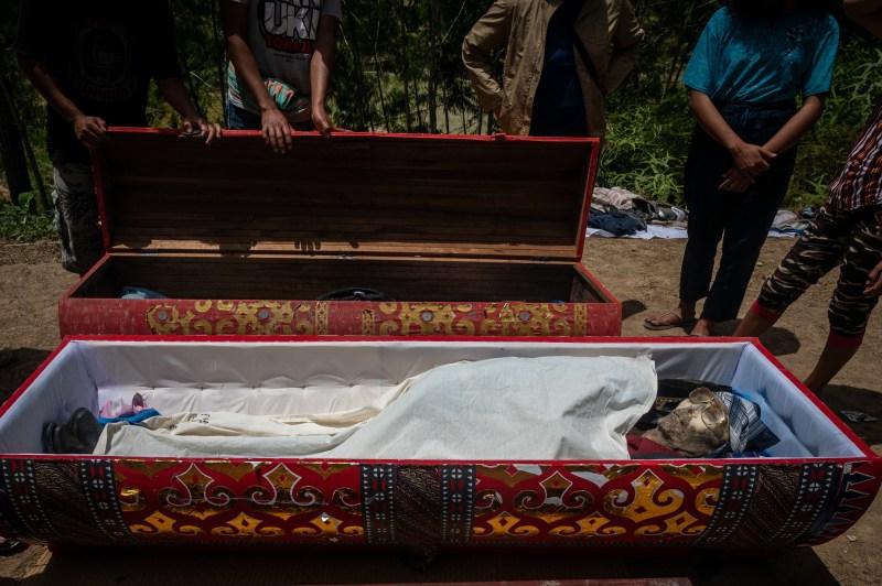 La tribu garde souvent les corps de leurs proches décédés dans la maison familiale pendant des semaines