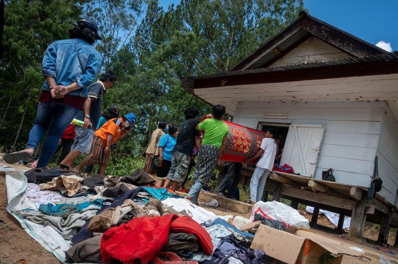 Les corps sont enveloppés dans des couvertures dans la pièce de la maison ou dans un `` tongkonan ''