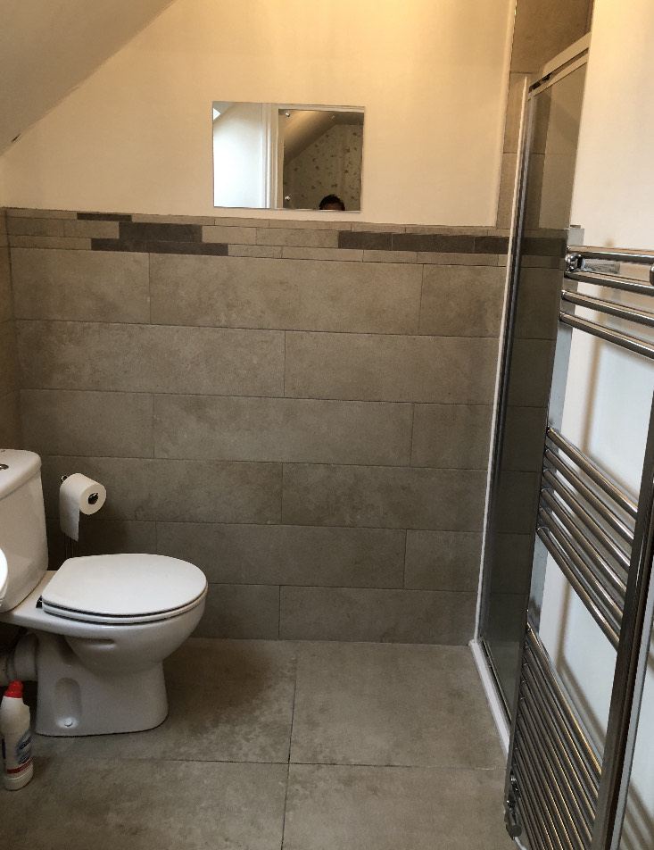 The family can share the ensuite bathroom with a shower