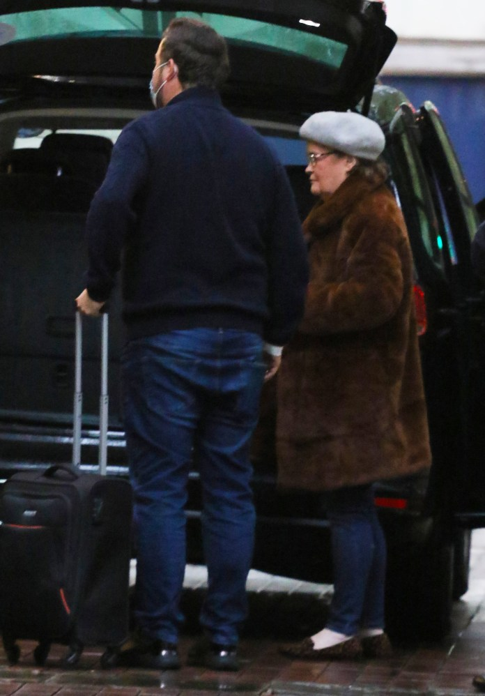 The star collected her bags before meeting friends at a West End location