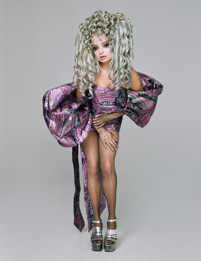 The Malibu singer dressed like an 18th-century aristocrat with this huge wig and puffy dress