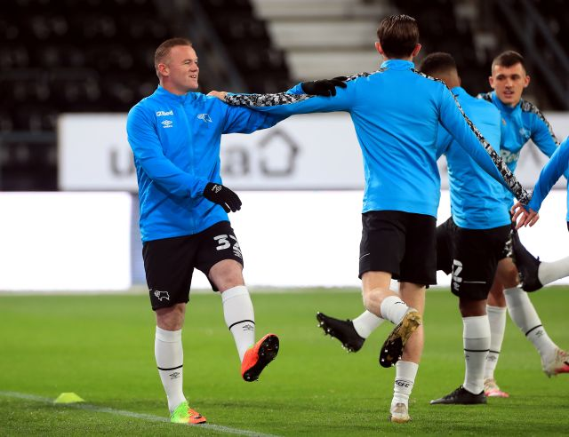 Rooney warmed up before Watford game - coming in close contact with his team mates