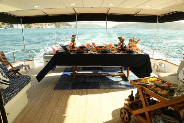 Some photos reveal an incredible boat trip with a huge banquet