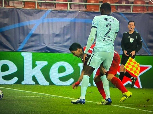 Luis Suarez sneakily pinched Antonio Rudiger's thigh
