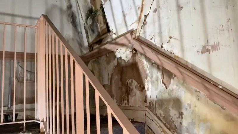 Matt s'est précipité dans les escaliers - mais la silhouette avait déjà disparu