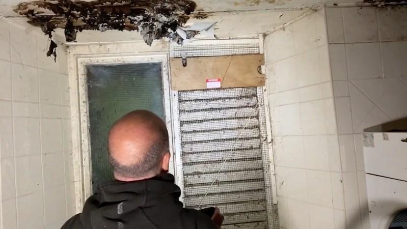 Dans une vidéo enregistrée à l'intérieur de la maison, Matt Nadin et Andy Thompson peuvent être vus en train de fouiller dans les pièces.