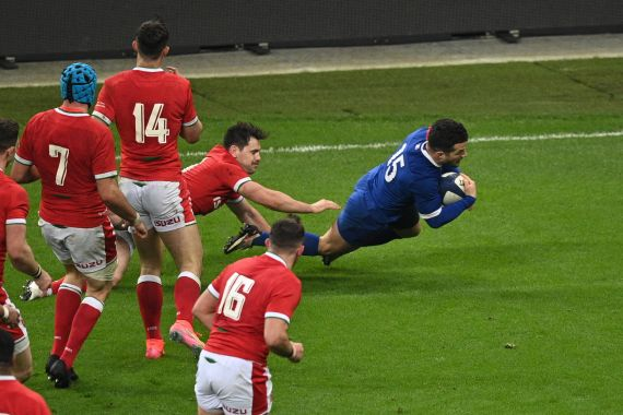 France kept their Six Nations hopes alive in the most dramatic circumstances