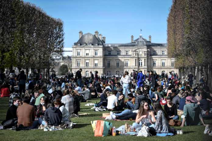 Crowds packed out the picturesque Jardin du Luxembourg