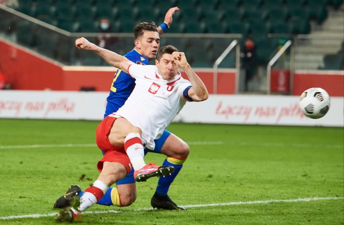 Robert Lewandowski scored his 24th and 25th goals of 2021 playing for Polan