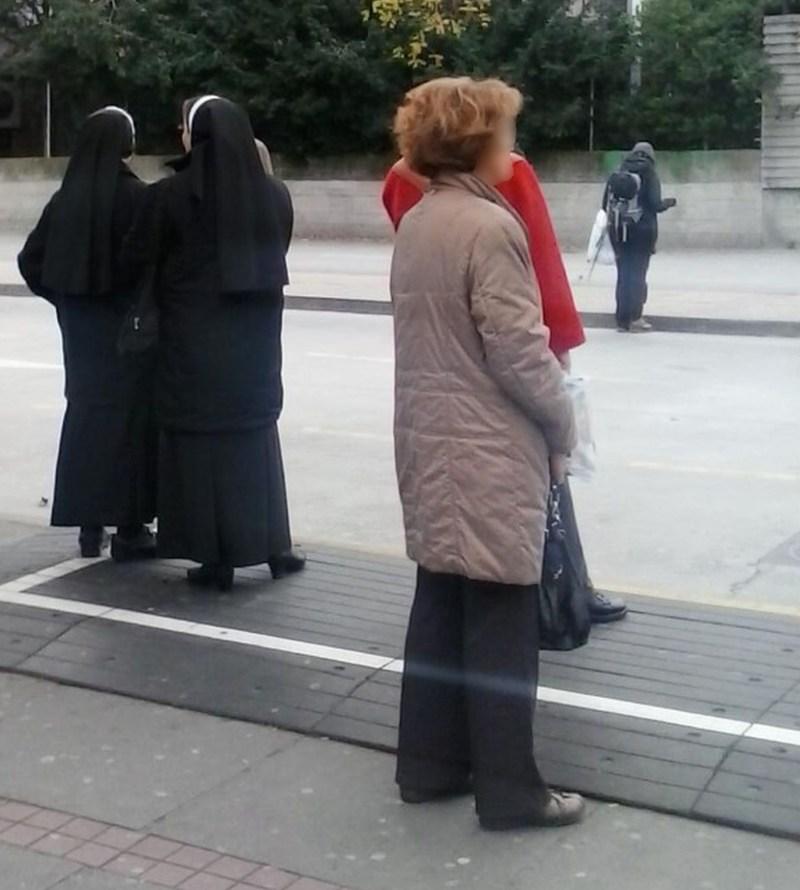 Ivan Rubil a cassé une femme derrière un groupe de religieuses à l'arrêt de bus