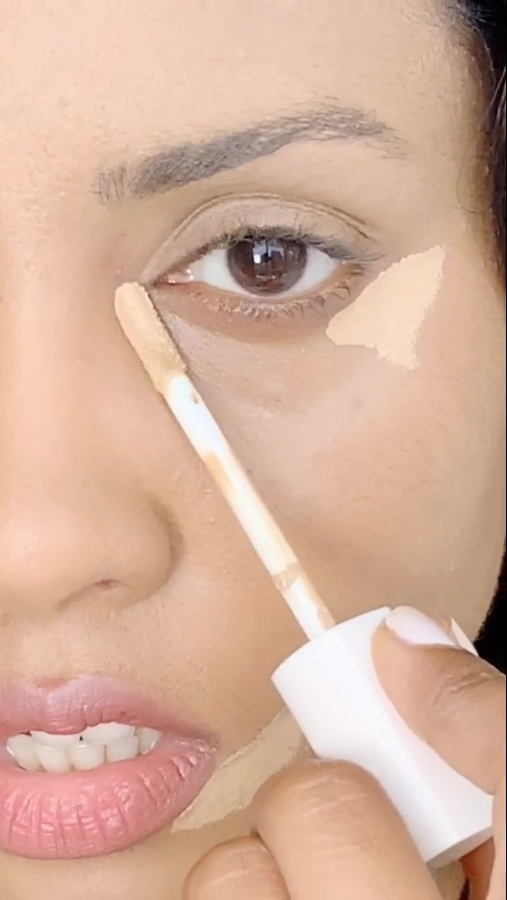 She started by applying concealer to the edge and inner corner of her eye