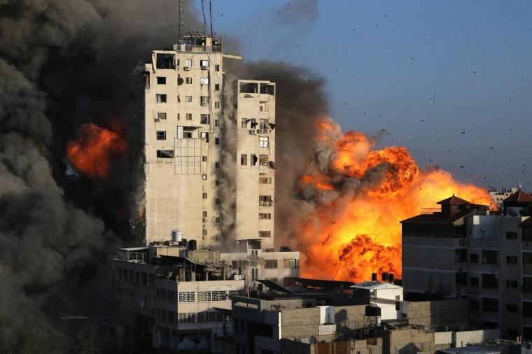 El humo y las llamas se elevan desde una torre destruida por los ataques aéreos israelíes