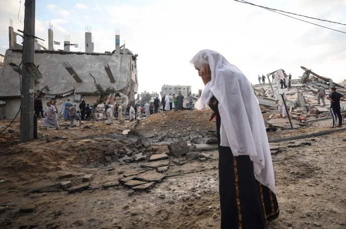 Una mujer palestina mira los edificios destruidos el primer día de las vacaciones de Eid al-Fitr