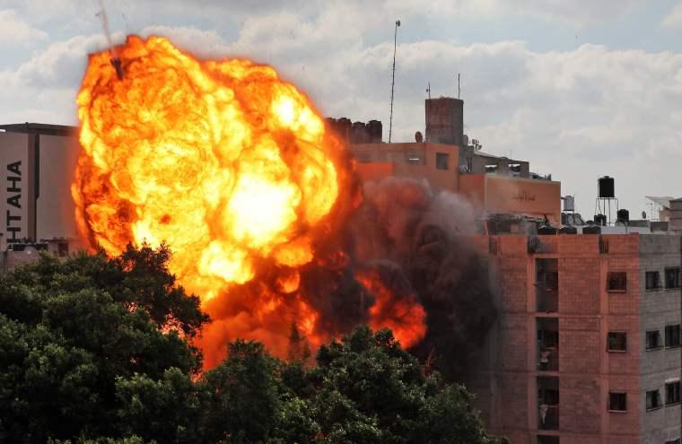Una bola de fuego envuelve el edificio de Al-Walid en Gaza