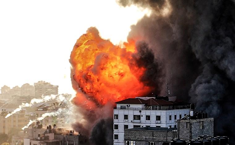 Los aviones de combate israelíes continúan golpeando un edificio palestino