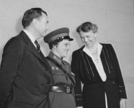 Pavlichenko pictured with Eleanor Roosevelt and Justice Robert Jackson in 1942