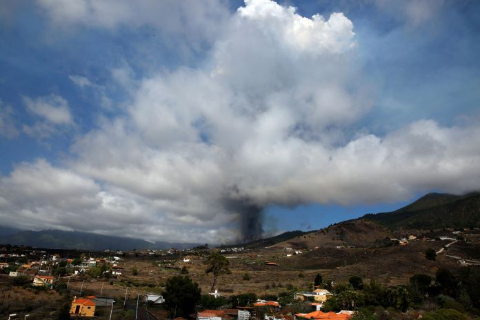 A column of smoke and ashes coming from Cumbre Vieja