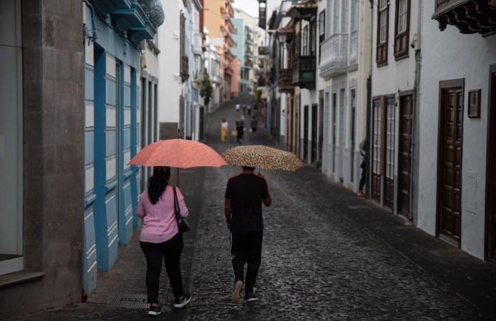 Ash showers fall on Santa Cruz de la Palma