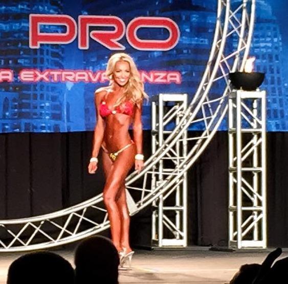 Bronze stunner Nikki in bodybuilding competition 2015
