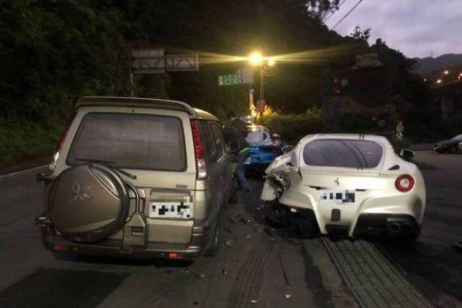 Deliveryman-crashes-into-Ferrari-s-in-Taiwan-02