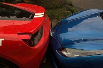 Deliveryman-crashes-into-Ferrari-s-in-Taiwan-03