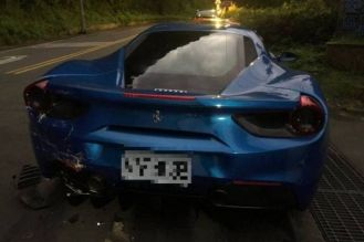 Deliveryman-crashes-into-Ferrari-s-in-Taiwan-04