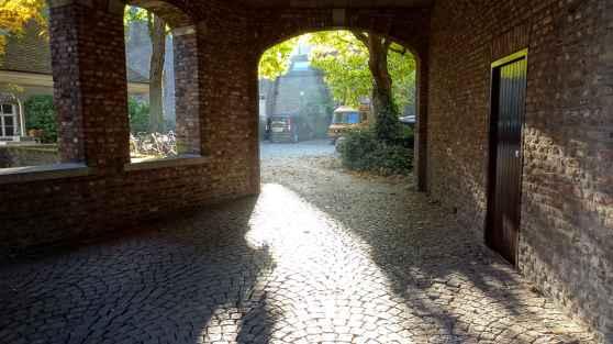Maastricht: Through an arch on Achter de Molens