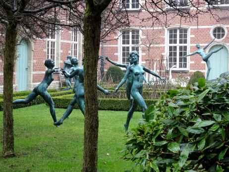 Circle of dancing girls in the garden of the De Cellekens art studio