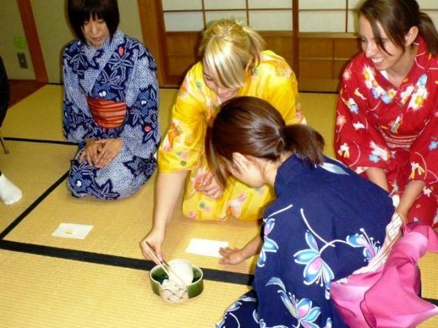 Het met eetstokjes pakken van de wagashi tijdens de theeceremonie. Foto door TheSushiTimes