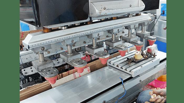 Dit is de machine waarmee er ogen en patronen gedrukt worden op figures. (Afbeelding via Nekomagic)