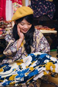 Rena vertelt haar kimono story aan Sheila Cliffe Foto: Todd Fong
