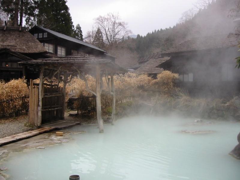 Buitenbad van Tsurunoyu Onsen. Foto door 張振 (via wikicommons).