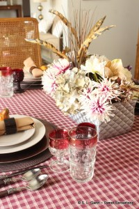 This Caramel and Merlot Thanksgiving Table bears a color combo that adds to and plays on the traditional autumnal palette to create a relaxing ambiance.