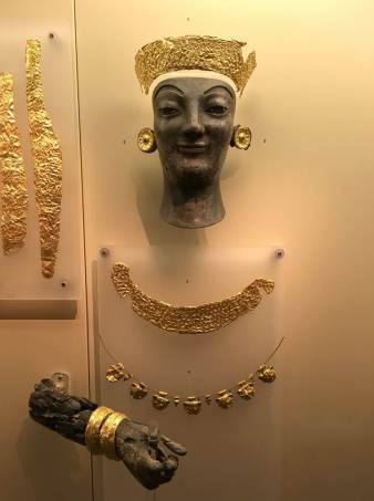 Golden jewelry found on the Delphi site