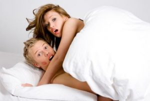 man en vrouw in bed