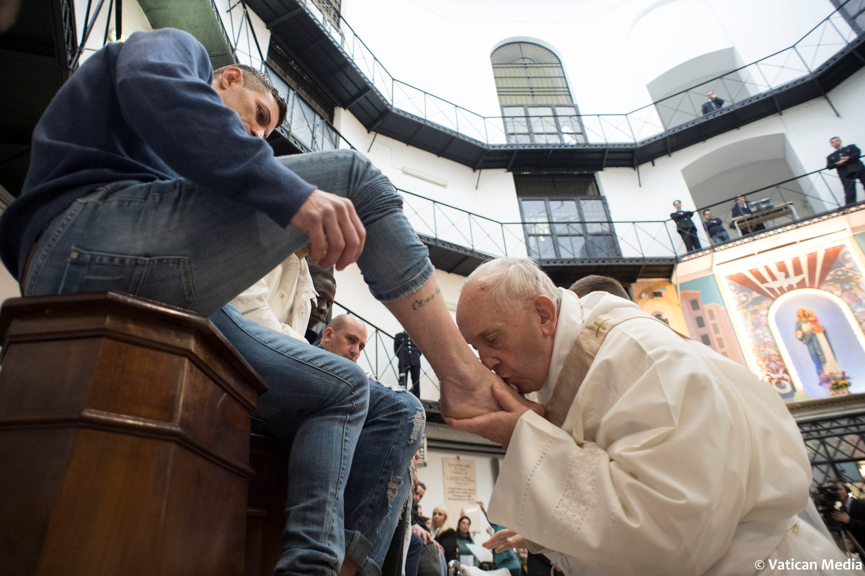 Pope Washes Feet Of 12 Prisoners On Holy Thursday