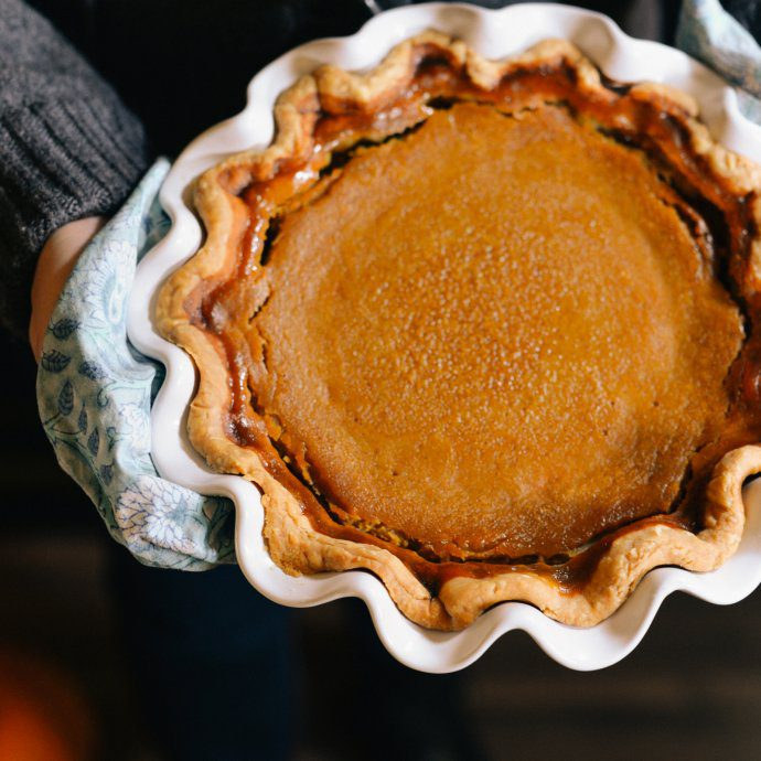 Simple easy Thanksgiving hostess gift ideas like pie dishes at the holidays