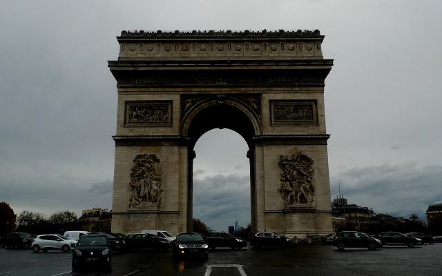 solo travel in Paris - Arc de Triomphe