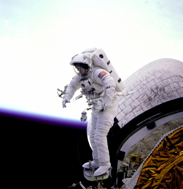 O αστροναύτης James Newman έξω από το Shuttle Discovery. Η Γη φαίνεται στο βάθος, 16 Σεπτεμβρίου 1993. Φωτο: Flickr/NASA