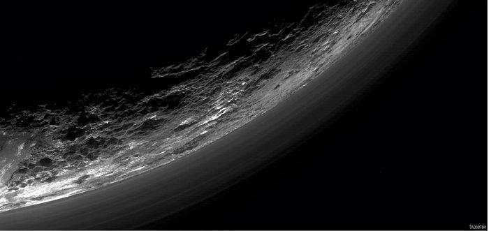 Στρώματα ομίχλης πάνω από τον Πλούτωνα όπως αποτυπώθηκαν από το New Horizons στις 17 Μαρτίου 2016. Φωτο: NASA/JHUAPL/SWRI