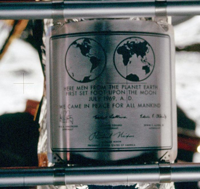 Η πλακέτα που άφησαν στο φεγγάρι