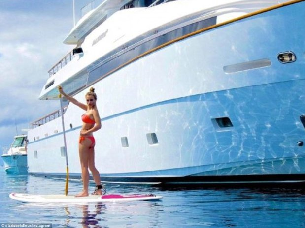 Η Clarisse La Fleur χαίρεται την γαλήνια θάλασσα δίπλα σε μια θαλαμηγό στον Ειρηνικό Ωκεανό
