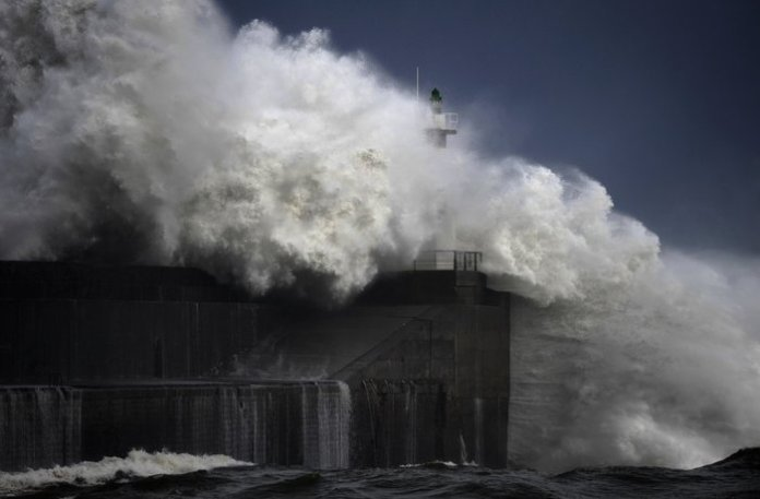 """Τεράστια κύματα """"σκάνε"""" σε ακτή της Βόρειας Ισπανίας"""